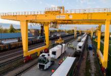 PKP Cargo, LG Cargo i CargoBeamer łączą siły w pilotażowym przewozie naczep pociągiem towarowym