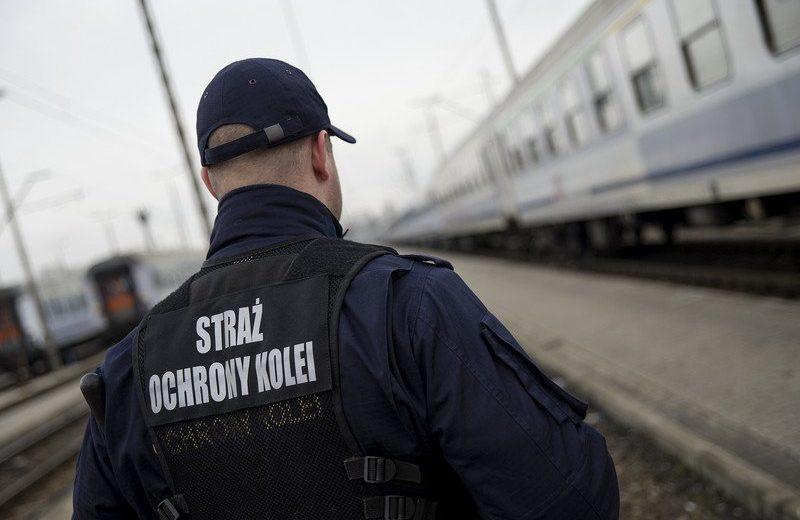 Próbowali rzucić się pod pociąg – żyją dzięki funkcjonariuszom SOK