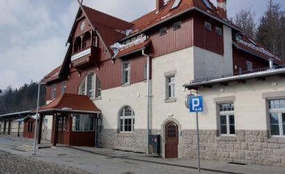 Zabytkowy dworzec w Szklarskiej Porębie otwarty dla podróżnych