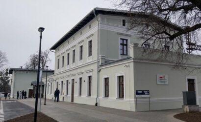 PKP S.A. przekazała pasażerom przebudowane dworce w Kątach Wrocławskich i Smolcu