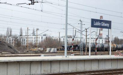 Pasażerowie korzystają z nowego peronu w Lublinie