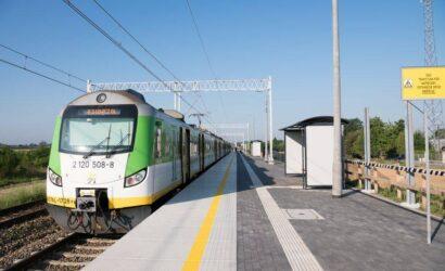 Pasażerowie korzystają z nowych peronów między Warszawą a Poznaniem