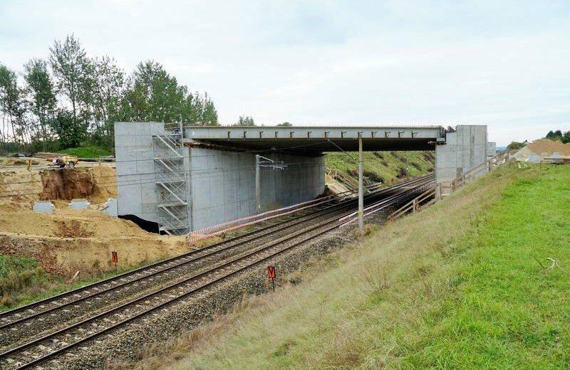 Nad torami w Uhowie ułożona konstrukcja wiaduktu