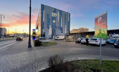 PKP S.A. w ramach PKP Mobility wdraża system parkowania przy kolejnych dworcach