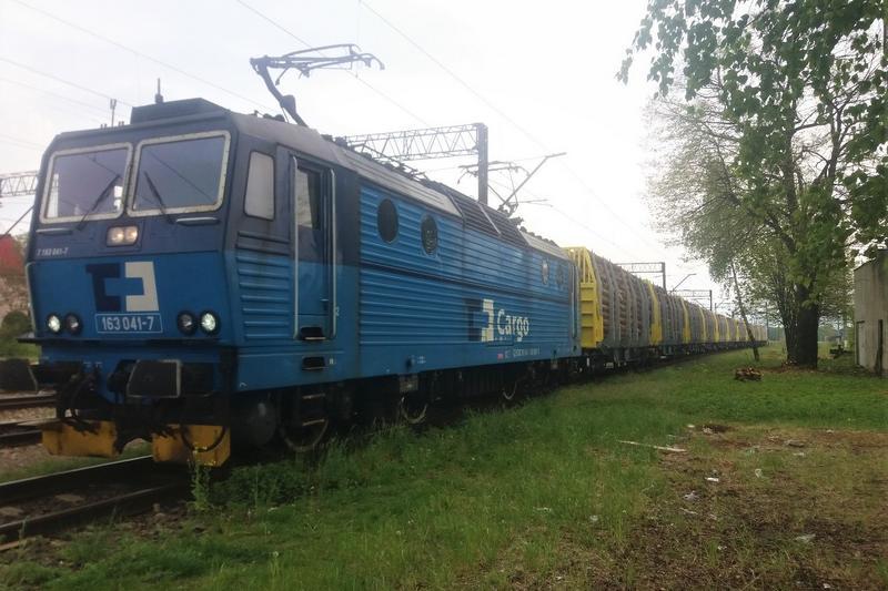 Pierwszy pociąg CD Cargo Poland z innowacyjnymi wagonami do przewozu drewna