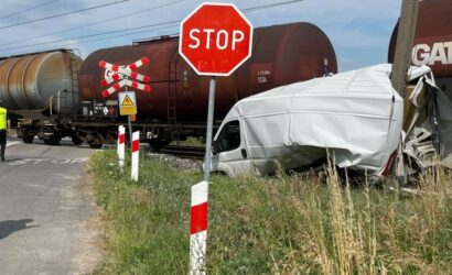 Gniezno: dostawczak zderzył się z pociągiem towarowym [GALERIA]