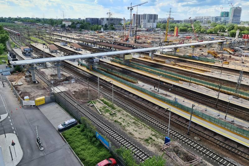 Kończą się prace przy nasuwaniu kładki na stacji Warszawa Zachodnia [GALERIA]