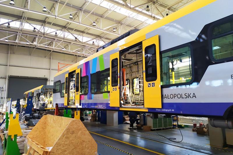 Trwa produkcja dziewięciu pociągów Impuls 2 dla Małopolski [GALERIA]