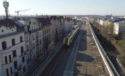 Kraków: PLK montują tory na nowych kolejowych estakadach