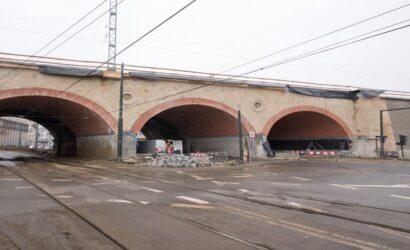 Kraków: wiadukt kolejowy nad ul. Grzegórzecką zyskał elewację