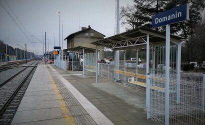 Pasażerowie korzystają z nowego peronu w Domaninie