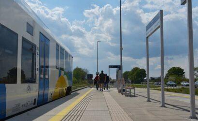 Pasażerowie korzystają z nowych przystanków między Szczecinkiem a Runowem Pomorskim