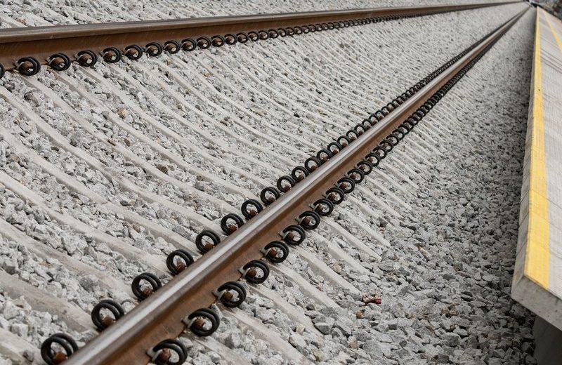 Burze oraz silny wiatr powodują utrudnienia w ruchu pociągów
