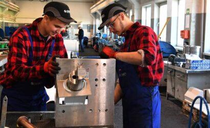 """Uczniowie raciborskiego """"Mechanika"""" zdobywają praktyczne umiejętności w Rafamecie"""
