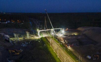 Nocne prace przy budowie wiaduktu w Małkini