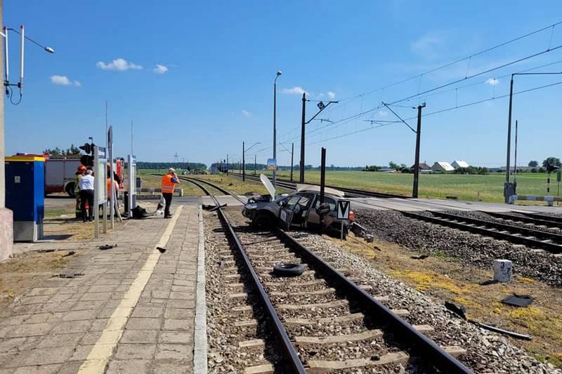 Samochód wjechał pod pociąg przy podniesionych szlabanach?